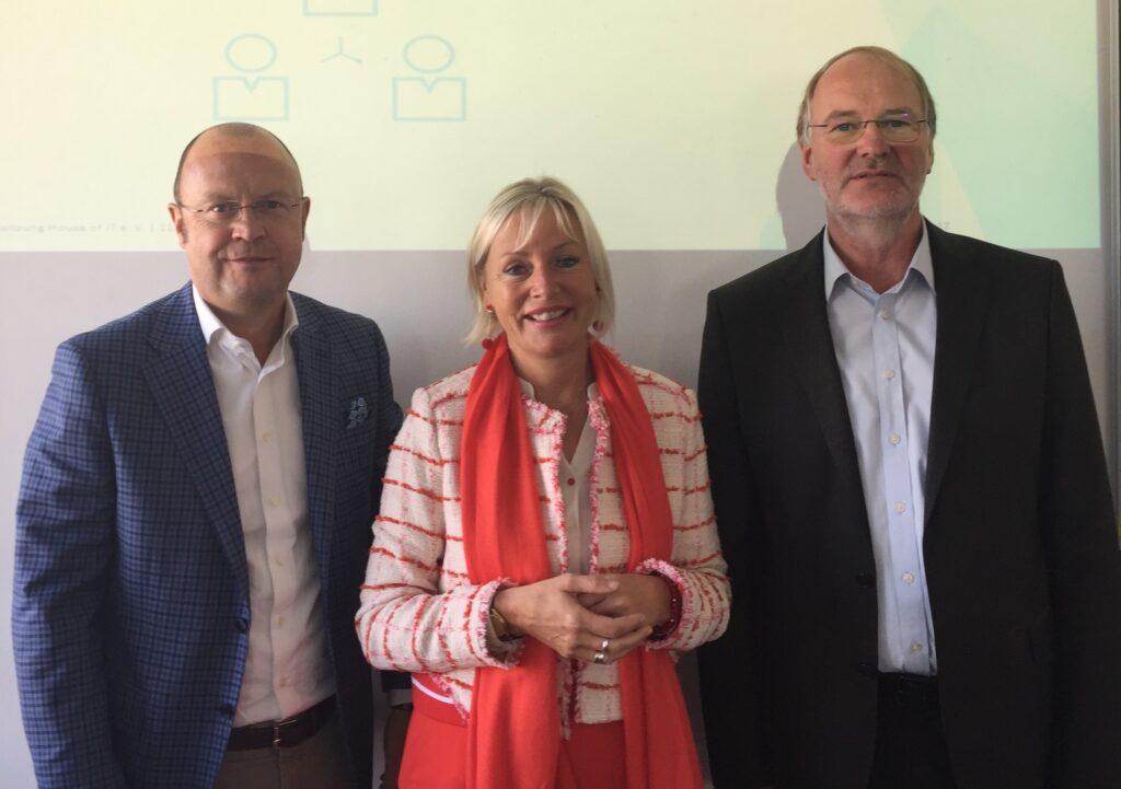 Zu sehen sind Karl Rathgeb, StM'in Kristina Sinemus und Dr. Harald Schöning